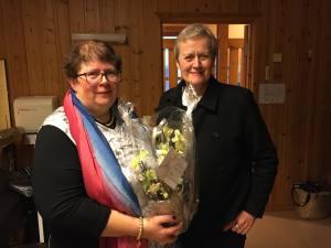 Solveig Hagelskjær fra Fylkesmannen i Østfold (til høyre) gratulerte både Østfoldhelsa og Østfold fylkeskommune med tildelingen, her representert ved styreleder i Østfoldhelsa Inger-Christin Torp.