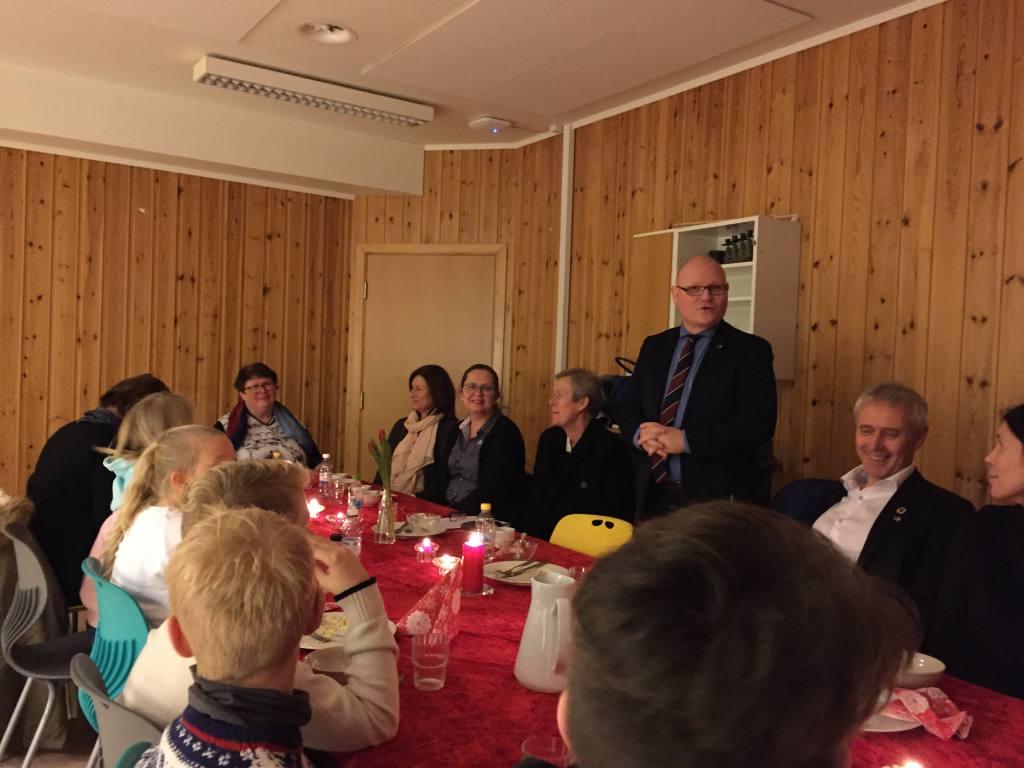 Og etter at spennende pedagogikk var presentert, var det tid for lunsj og lovord. Stortingsrepresentant Bengt Morten Wenstøb brenner for forebyggende og helsefremmende arbeid for barn og unge og var dypt imponert over hva Skjønhaug skole har fått til.
