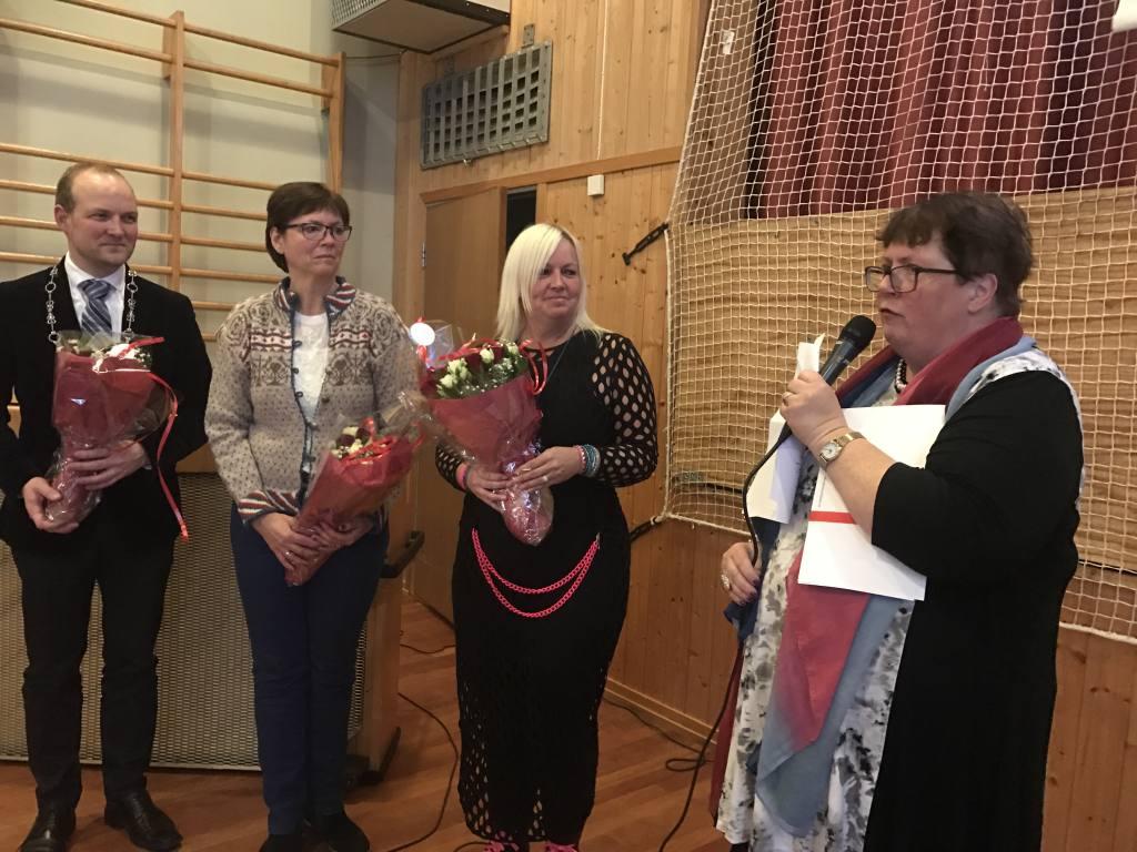 Styreleder i Østfoldhelsa, Inger-Christin Torp, takket tre nøkkelpersoner i Trøgstad for at tildelingen fra Sparebankstiftelsen har blitt mulig. Fra venstre: Ordfører Ole André Myhrvold, lærer Cathrine Rød Gundersen og rektor Elisabeth Asplund.