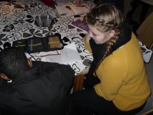Hjelp til lekser kommer godt med når unge frivillige trår til! (Foto: Randi Moi)